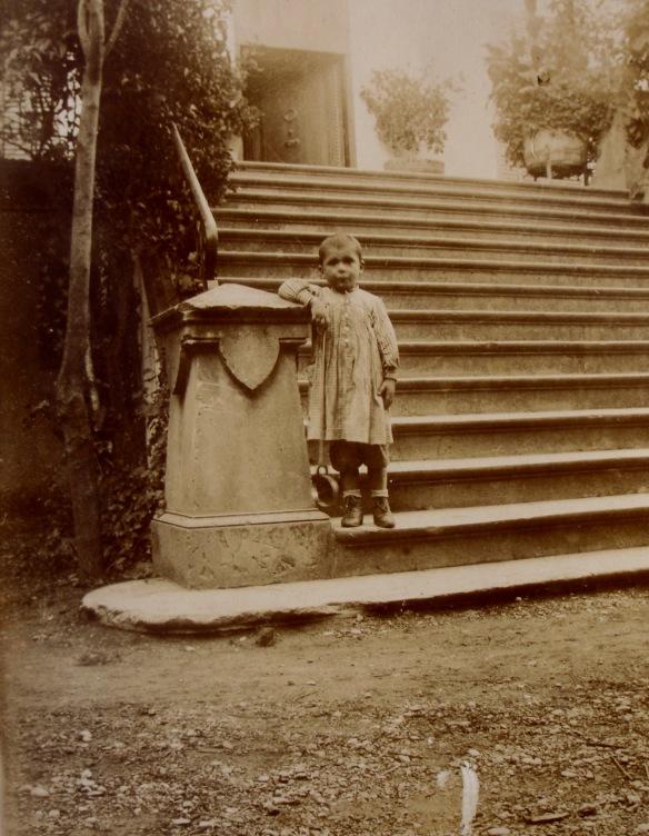 Aquest nen podria ser Marc Mir Capella (1851 – 1903) de can Guineu de Sant Sadurní, un dels Set Savis de Grècia, i aquesta la seva primera fotografia. Però també podria tractar-se del seu fill Pere Mir Ràfols (1878 – 1952). En la primera hipòtesis la fotografia s'hauria captat entre 1855 i 1857 i en el segon entre 1882 i 1883. Com podem sortir del dubte? FOTO DEL FONS DE L'AUTOR, CEDIDA PER JMARIA TERESA MIR VIDAL