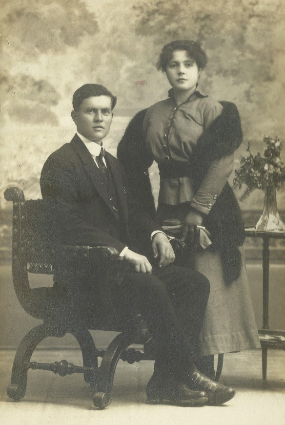 L'encarregat de la finca de Raimat, propietat dels germans Raventós i Fatjó, Josep Esteve i Poch ( el Josepet de ca la Juanita de Monistrol d'Anoia) i la seva esposa Josefa Vendrell i Auger, el dia del seu casament. El matrimoni va tenir tres fills, Josep ( nascut el 1919), Joana ( 1921) i Joan (1924). Josep Esteve i Poch va ser un dels sis sadurninencs que van ser ser assassinats sense la intervenció del comitè de Sant Sadurní. Els altres cinc eren religiosos. Cliqueu a sobre i s'ampliarà. FOTO CEDIDA PER JOANA ESTEVE I VENDRELL, DEL FONS DE L'AUTOR