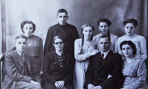 La família Alemany de cal Serafí va ser la que més religiosos va aportar a l'església durant el segle XX. Dels set fills que veiem a la fotografia al voltant dels seus pares (Joan Alemany Vendrell i la seva esposa), tres es van fer monges ( Carme, Rosa i Montserrat) i dos capellans ( Serafí, dret amb sotana i Joan). L'oncle de tots aquests joves, mossèn Serafí Alemany Vendrell, va ser en certa manera el precursor. Aquesta fotografia es va capturar el 1939, just després de la Guerra Civil, en celebració de que tots els membres de la família havien resultat il·lesos. De les cinc noies no acabo de saber qui és qui. Algú les identifica? Cliqueu a sobre i s'ampliarà . FOTO DEL FONS DE L'AUTOR, CEDIDA PER SERAFÍ CERVERA ALEMANY.