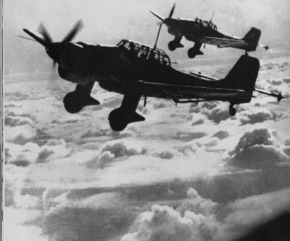 Dos aparells alemanys Junkers JU 87 Stuka ( en alemany Sturzkampfflugzeug) idèntics als que va bombardejar Sant Sadurní el 22 de gener de 1939. El trens d'aterratge encara no eren retràctils. Cliqueu a sobre i s'ampliarà. FONS DE L'AUTOR