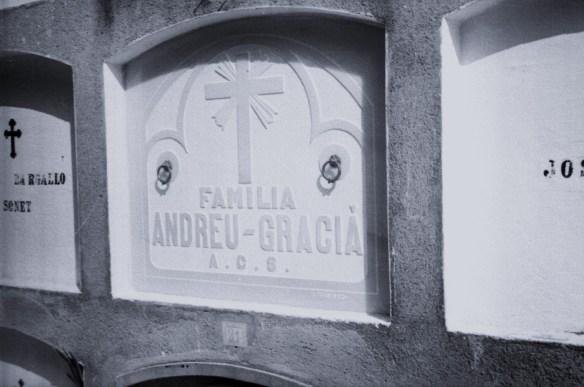 El nínxol del cementiri municipal de Sant Sadurní on va ser enterrada Maria Glaciá i Soler l'any 1939. Observis que la grafia del cognom és diferent ( Graciá). En alguns documents oficials ( a diferència del Registre Civil on consta la seva defunció) el nom complet de la víctima apareix com Maria Graciá i Solé, Cliqueu a sobre i s'ampliarà . FONS DE L'AUTOR